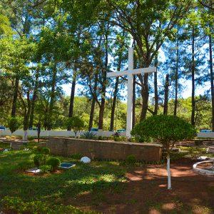 Cruzeiro na entrada do Cemitério Parque Jardim do Ypê