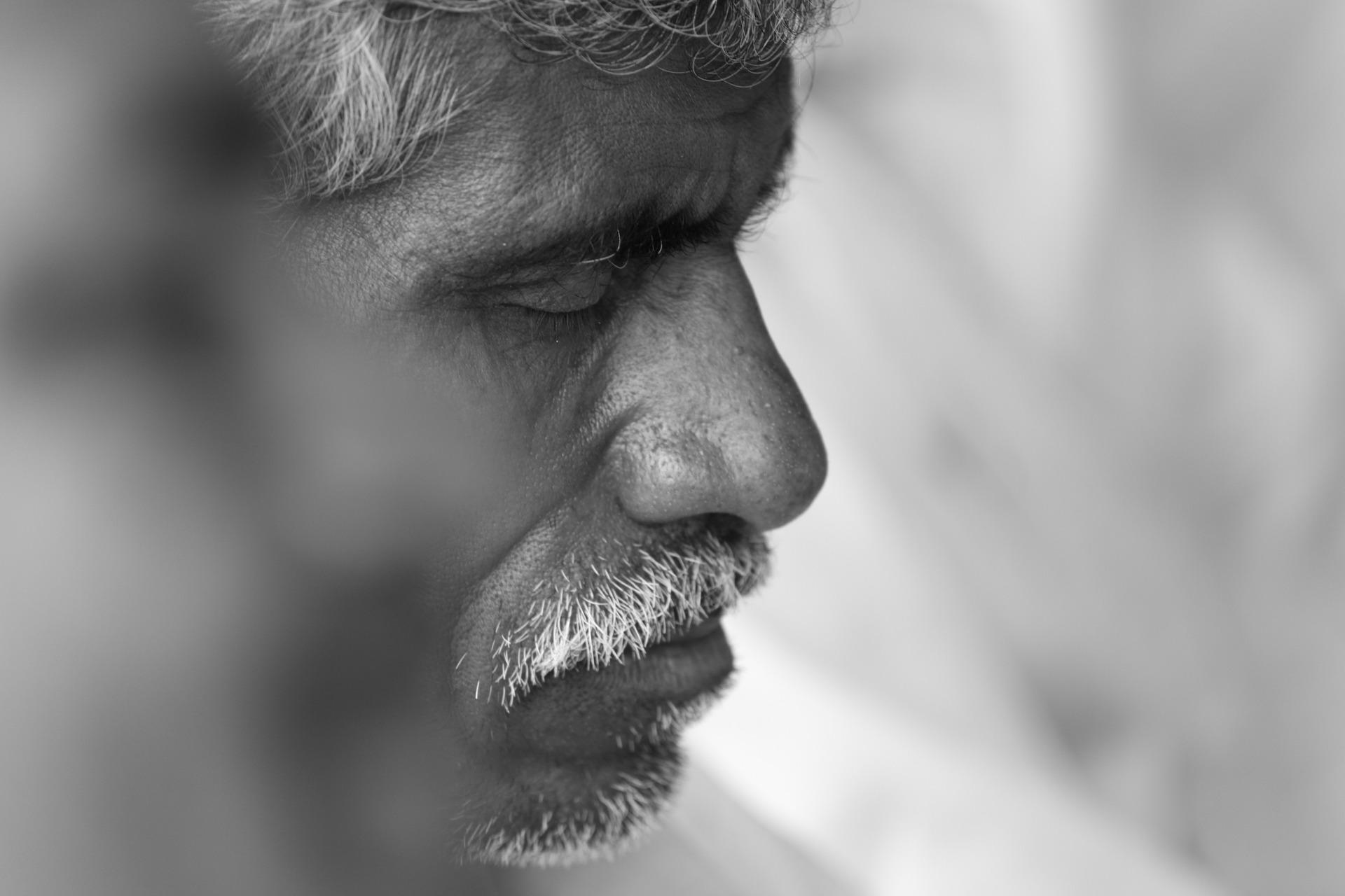 Psicóloga explica como acolher pessoas que estão vivendo um luto